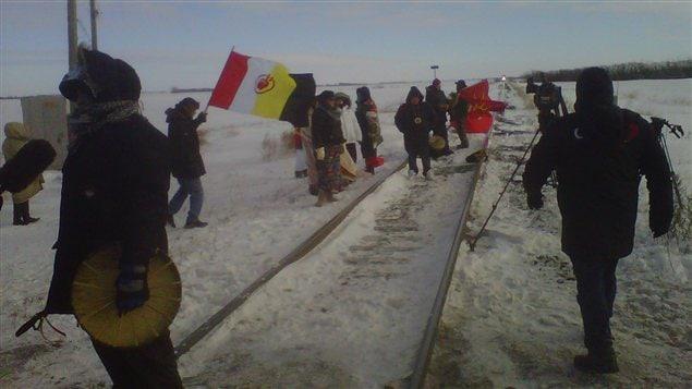 Des manifestants du mouvement Idle No More prennent position sur les rails d'un chemin de fer du Canadien National au Manitoba, le 16 janvier 2013.