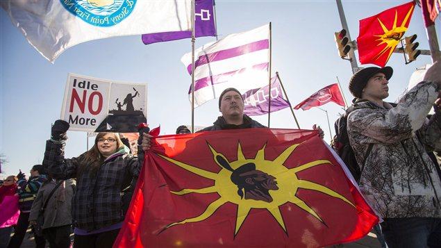 Les militants du mouvement autochtone Idle No More bloquant l'accès au pont Ambassador
