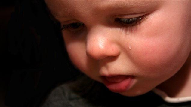 Un jeune garçon pleure