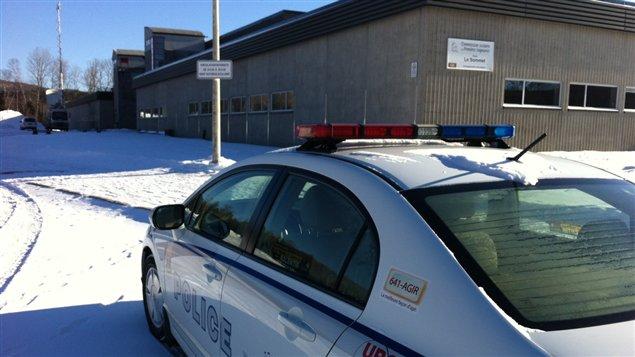 Les policiers sont encore présents jeudi matin à l'école Le Sommet de Charlesbourg.