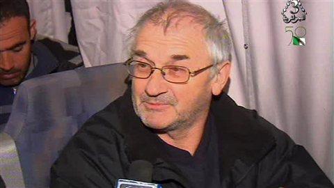 Un otage libéré fait un compte rendu des événements à la télévision algérienne.