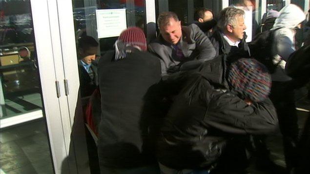Des manifestants tentent d'entrer dans l'Université de Sherbrooke pendant la rencontre sur le financement des universités.