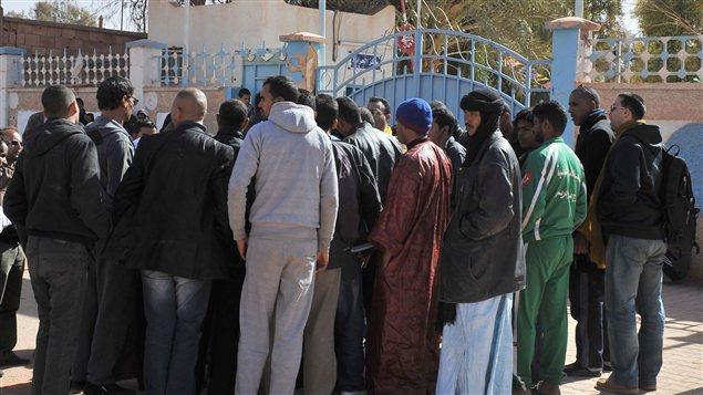 Des résidents des environs du site gazier d'In Amenas se pressent devant un centre hospitalier pour avoir des nouvelles de leurs proches