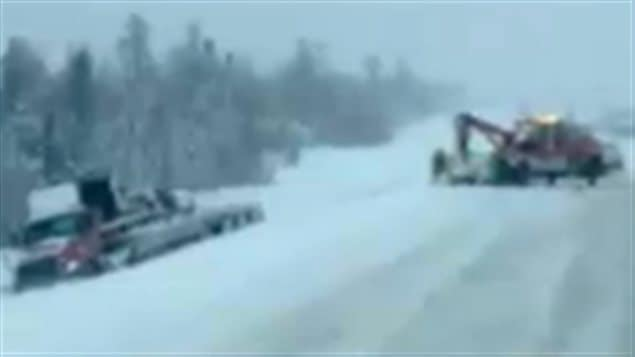 Une dépanneuse et un camion sur l'autoroute 63 en Alberta