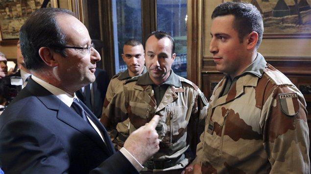 Le président français François Hollande s'est entretenu avec des soldats français, samedi, peu avant leur départ pour le Mali.