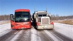 Un autobus et un camion se sont mis l'un à côté de l'autre pour éviter que des automobilistes ne roulent à contresens.