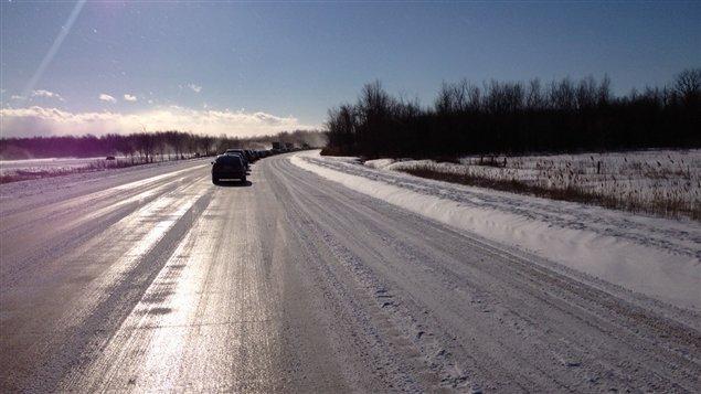 Les voitures sont immobilisées sur l'autoroute 417.