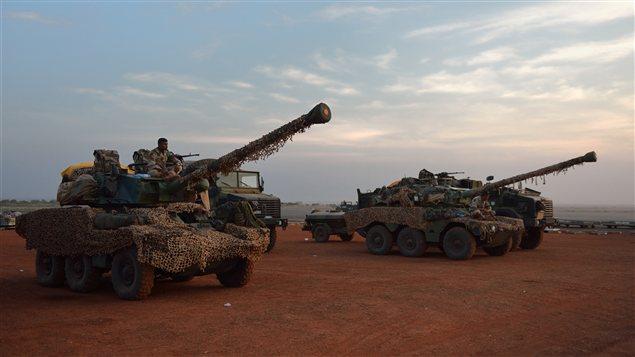 Des blindés français à Bamako, qui s'apprêtent à être déployés au Nord-Mali.