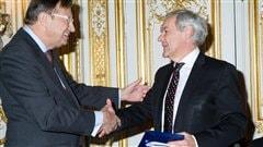 Michel Côté (à la droite), directeur général du Musée de la civilisation, a reçu le Prix Samuel de Champlain 2012 décerné par l'institut France-Canada, des mains de l'Ambassadeur Alfred Siefer-Gaillardin, président de France Amériques et de l'Institut France-Canada.