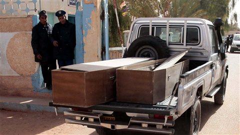 Un camion transporte des cercueils.