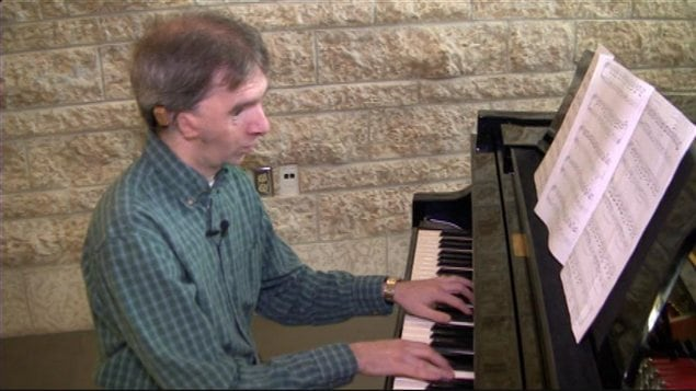 Francis Smith peut enfin entre les mélodies qu'il joue au piano et au violon.