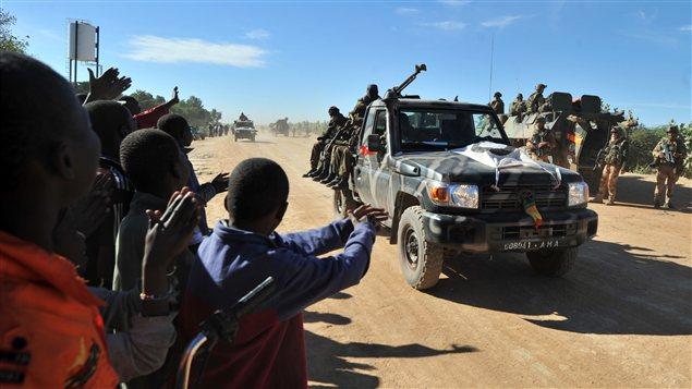 Des Maliens acclament les troupes françaises et maliennes qui entrent dans Diabali.