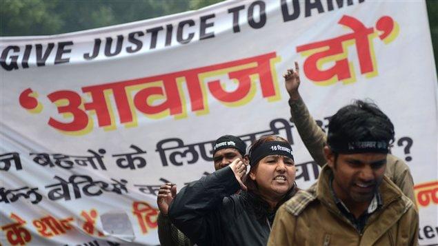 Des Indiens manifestent contre le viol collectif et le meurtre d'une jeune étudiante à New Delhi le 18 janvier 2013.