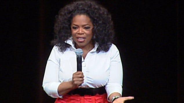 L'animatrice de télévision américaine Oprah Winfrey livre une allocution devant des milliers de personnes à Edmonton, le 21 janvier 2013.