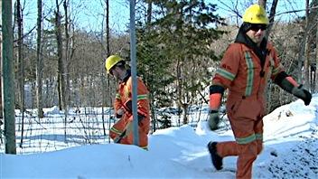 Des travailleurs d'Hydro-Québec ont dû rétablir le service pour environ 1800 de ses clients.