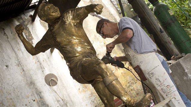 Le sculpteur Ique et sa statue de Pelé