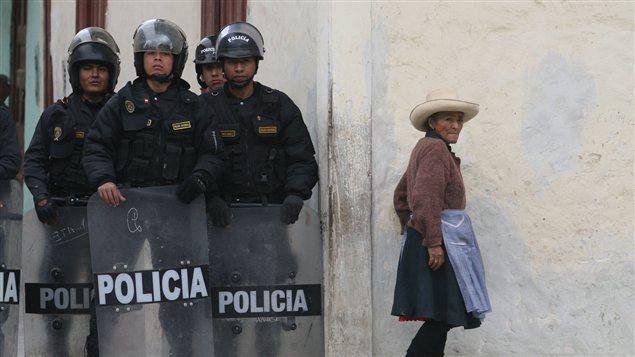 Des policiers péruviens bloque l'accès à des manifestants après des émeutes, en juillet 2012