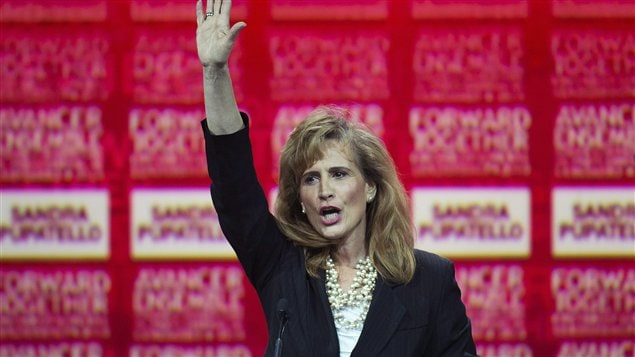 La candidate Sandra Pupatello salue ses partisans.