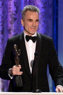Daniel Day-Lewis accepte son prix pour son rôle dans «Lincoln» aux Screen Actors Guild (SAG).