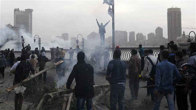 Des Égyptiens manifestent au Caire près de la place Tahrir tandis que les violences se poursuivent pour une troisième journée en Égypte.