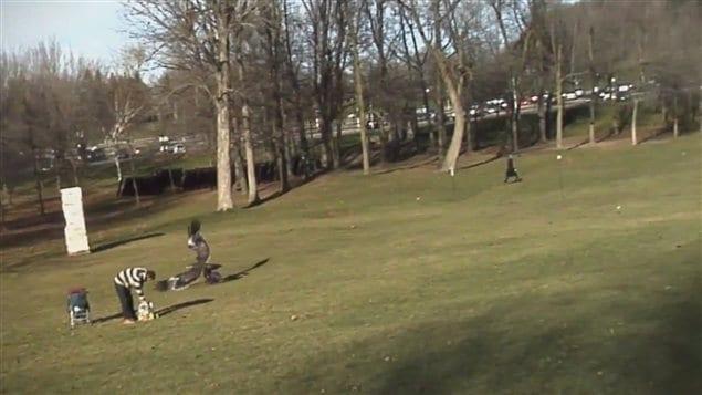 Image provenant de la vidéo diffusée sur le site YouTube, montrant un aigle agrippant un bébé