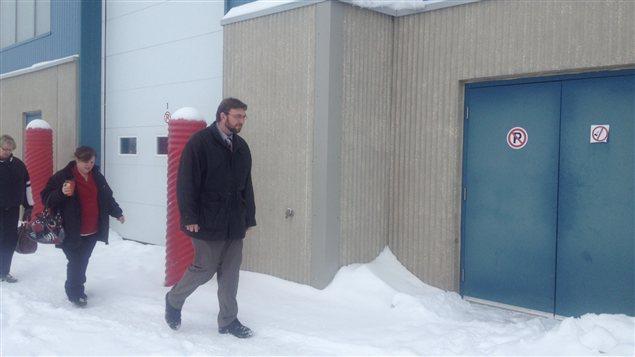 L'adjudant à la retraite Paul Ravensdale marche sur la base militaire de Shilo au Manitoba le 28 janvier 2013, où il vient de plaider non coupable aux six accusations qui pèsent contre lui.