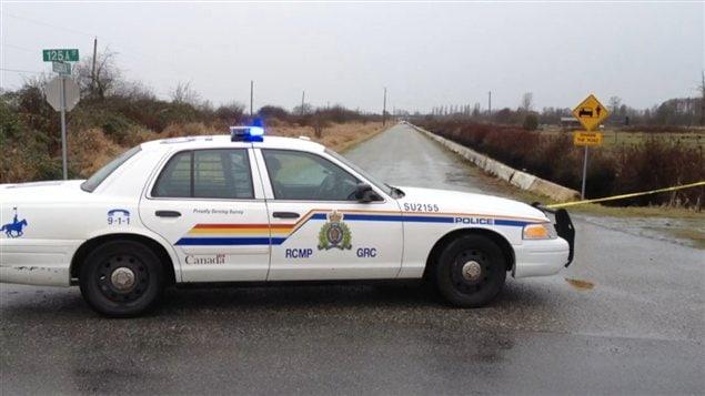 Voiture de police près des lieux du meurtre à Surrey.