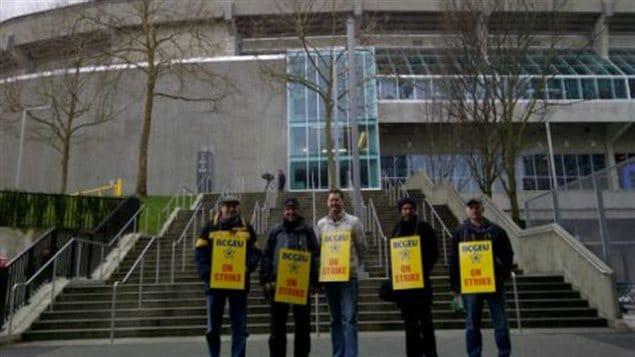 Des syndiqués du BCGEU ont dressé un piquet de grève près de BC Place.