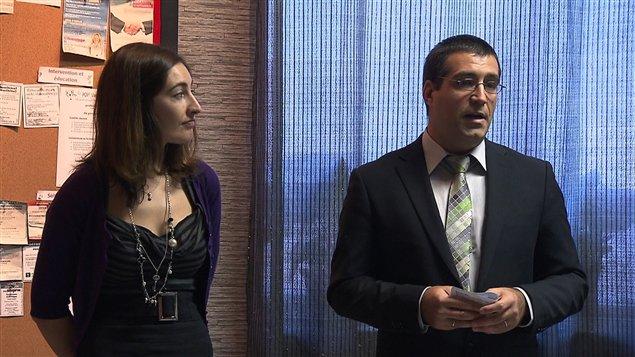 La chargée de projet, Stéphanie Gracia et l'agent de migration, Martin Poirier, en conférence de presse
