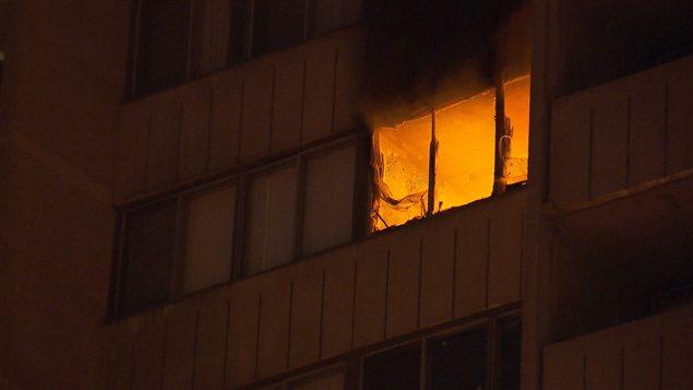 Un incendie force l'évacuation d'un immeuble à logements au centre-ville de Montréal.