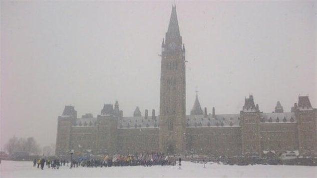 Les manifestants sont arrivés devant le parlement à Ottawa.