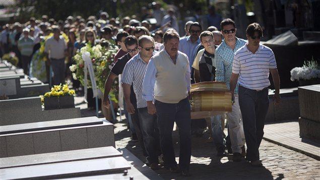 Les funérailles d'une des 233 victimes de l'incendie de Santa Maria