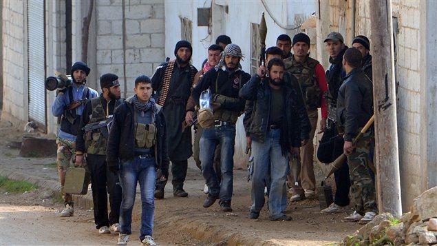 Des rebelles dans le village de Kurnaz, à l'ouest de la ville de Hama