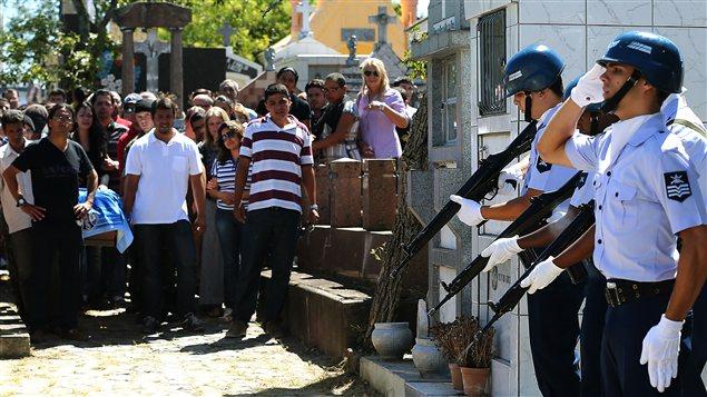 Des militaires tirent des salves de fusil lors de l'enterrement d'un des leurs, à Santa-Maria au Brésil.