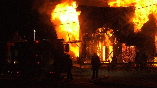Les pompiers à l'oeuvre lors de l'incendie d'une résidence à l'Ascension