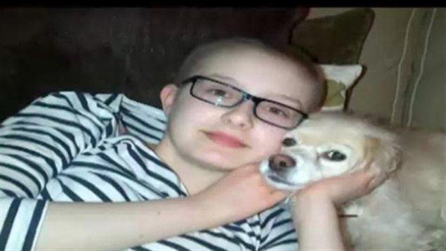 Alex Blake pose avec un chien.