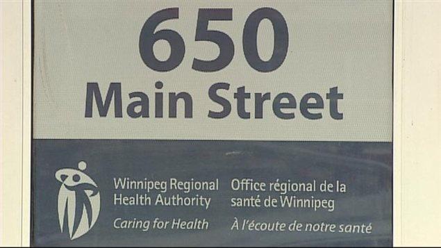 La façade de l'édifice de l'Office régional de la santé de Winnipeg, au 650 rue Main, filmée en janvier 2013.