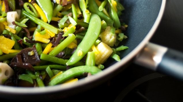 Des légumes dans une poêle