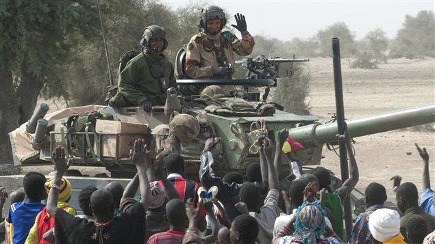 Les soldats français sont accueillis par les Maliens à leur arrivée à Tombouctou le 28 janvier 2013.
