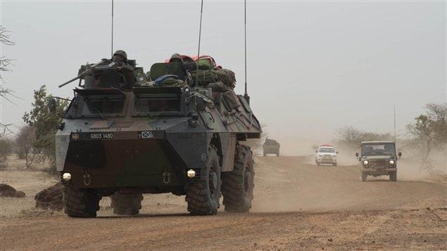 Des véhicules des forces françaises circulent près de Tombouctou le 28 janvier au Mali.