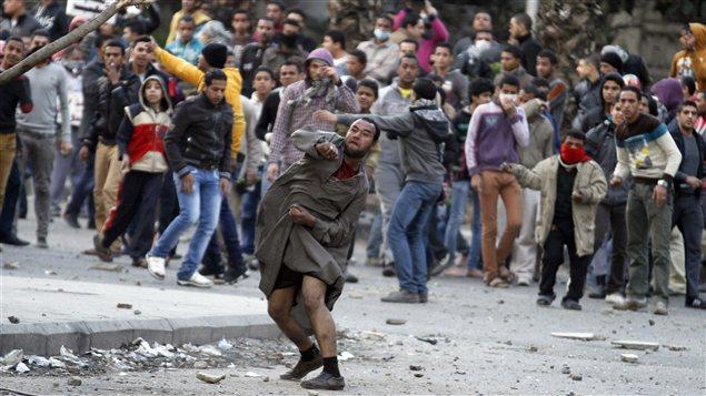 Les affrontements entre manifestants et forces de l'ordre se poursuivent près de la place Tahrir, au Caire.