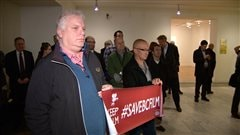 Des membres du mouvement Save BC Film ont déployé une banderole.