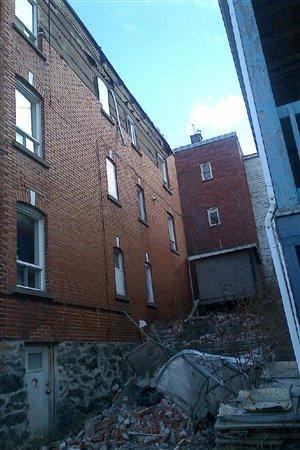 Une partie d'un mur extérieur d'un triplex de Sherbrooke a tombé à cause des vents.