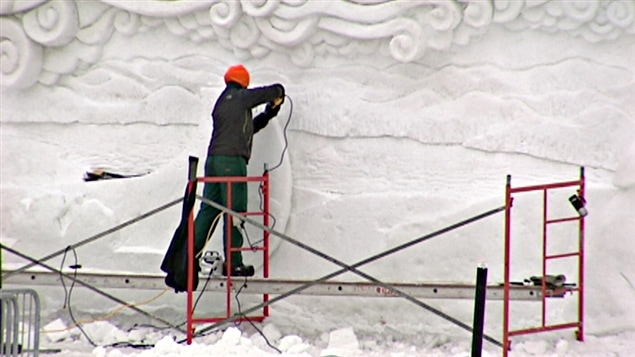 Des artisans sculptent au Domaine des flocons à Gatineau, en attendant l'ouverture du Bal de neige (2013).