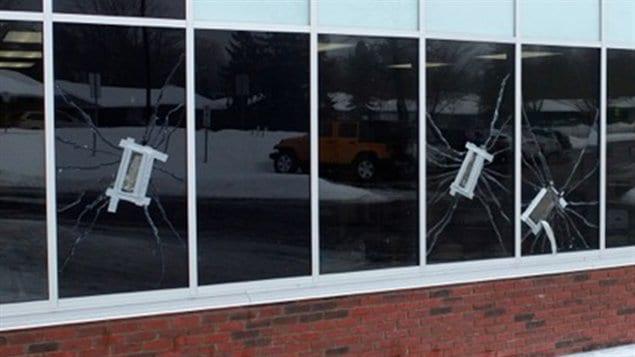 Des fenêtres ont notamment été fracassées dans des écoles du secteur de Kanata au cours des derniers mois.