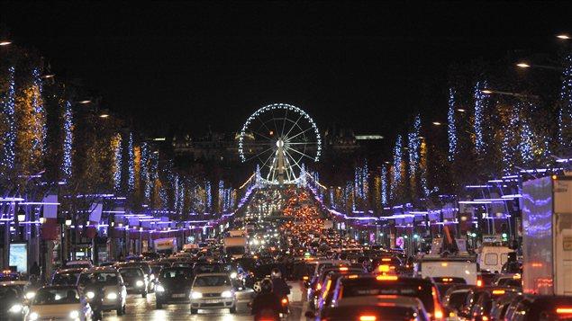 Les Champs-Élysées, à Paris, resteront éclairés.