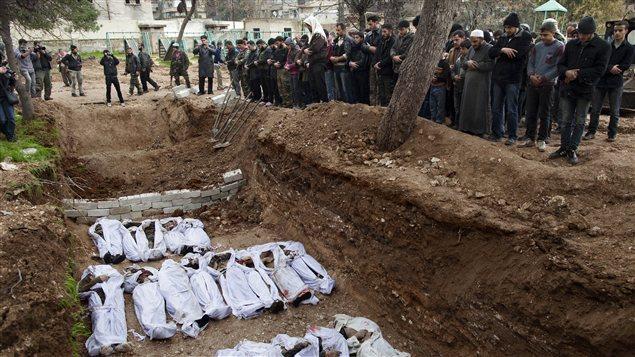 Des civils retrouvés exécutés sont enterrés dans une fosse commune à Alep.