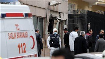 La porte du poste de contrôle de l'ambassade a été soufflée par la déflagration.