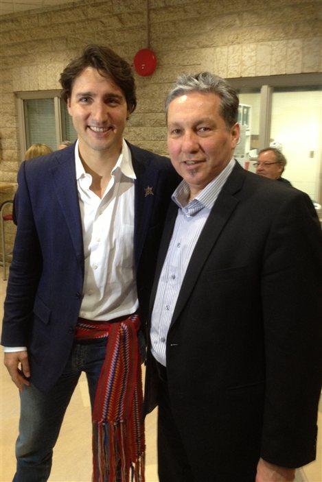 Justin Trudeau (à g.) et Daniel Vandal à l'Université de St-Boniface vendredi