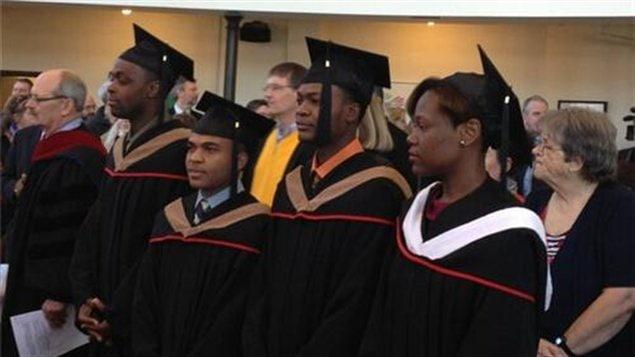 Quatre étudiants haïtiens de l'Université de Winnipeg ont reçu leur diplôme vendredi.